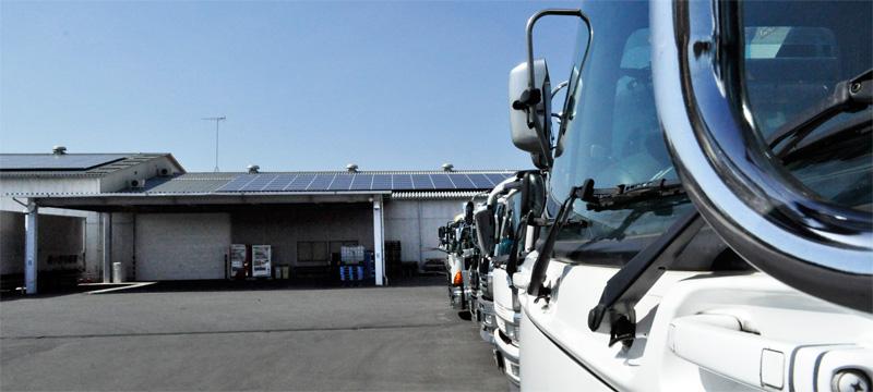 トラックと太陽光発電パネル